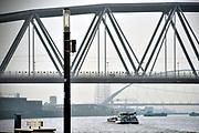 Nederland, Nijmegen, 12-4-2018Op de Waalkade staat een snuffelpaal, een lantaarnpaal met daaraan een meetkastje voor het meten van fijnstof en luchtvervuiling die door de scheepvaart, binnenvaart, veroorzaakt wordt . Scheepsmotoren zijn meer vervuilend dan gemiddeld en langs de waal in deze stad staan veel huizen en wonen veel mensen .Foto: Flip Franssen