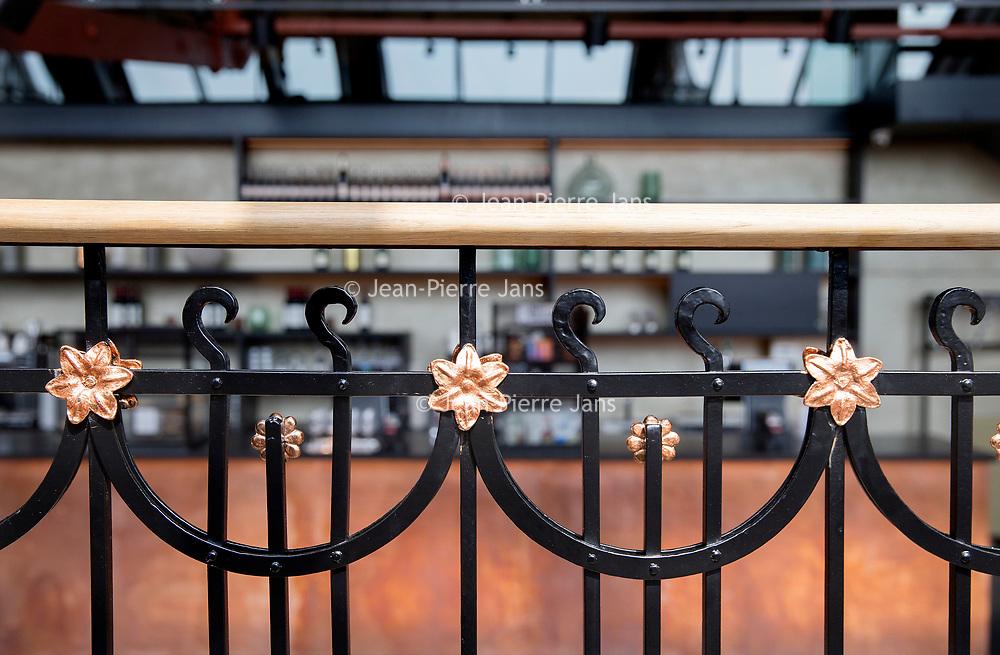 Nederland, Amsterdam, 7 juli 2017.<br />Akzo Nobel is ingehuurd  bij Carré,<br />ivm de renovatie waarbij Akzo de verf voor zijn rekening neemt, waarbij wordt uitgegaan van de oude verven die ooit zijn gebruikt. Ze doen nu hetzelfde bij het Concertgebouw (en eerder bij het Rijks) We lopen met een verfdeskundige door het gebouw.<br /><br /><br /><br />Foto: Jean-Pierre Jans