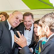 NLD/Amsterdam/20170617 - Amsterdamdiner 2017, Albert Verlinde, Paul de Leeuw en partner Stephan Nugter en Isa Hoes