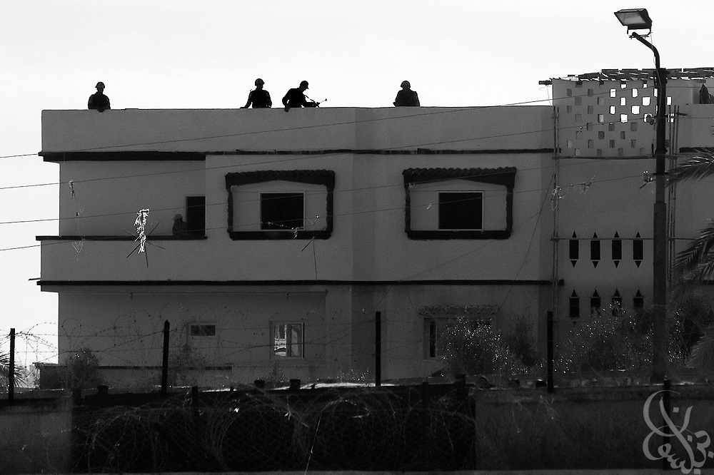 Egyptian troops take up new positions atop houses on the Egyptian-Gaza border January 22, 2009 in Rafah, Egypt. Smugglers in Gaza are nervous that Egyptian authorities will make good on their recent pledge to step up efforts to curb illegal trading through the hundreds of tunnels under the Egypt-Gaza border.