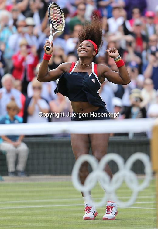 Olympiade,Wimbledon,AELTC,London 2012.Olympic Tennis Tournament, Damen Einzel Finale,Serena Williams (USA) springt hoch jubelt nach ihrem Sieg,Jubel,Emotion,Freude,.Einzelbild,Ganzkoerper,Hochformat,im Vordergrund die olympischen Ringe,