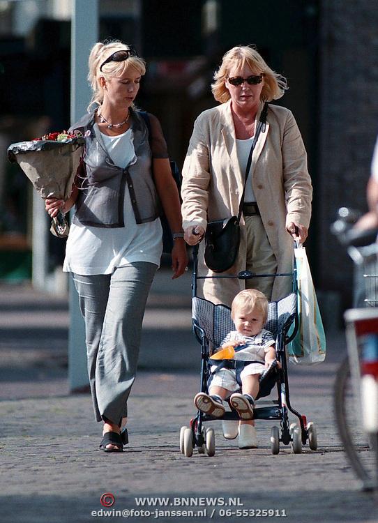Linda de Mol, Julian en Mireille Bekooy winkelend in Laren