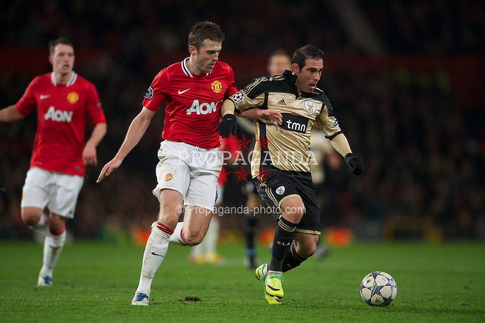 MANCHESTER, ENGLAND - Tuesday, November 22, 2011: Manchester United's Michael Carrick in action against SL Benfica's Bruno Cesar during the UEFA Champions League Group C match at Old Trafford. (Pic by David Rawcliffe/Propaganda)