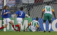 Fotball. VM 2002. 31.05.2002.<br />Frankrike v Senegal 0-1.<br />Målskytter Papa Boupa Diop, og Moussa Ndiaye fra Senegal.<br />Emanuel Petit (tv) og Bixente Lizarazu fra Frankrike.<br />Foto: Uwe Speck, Digitalsport