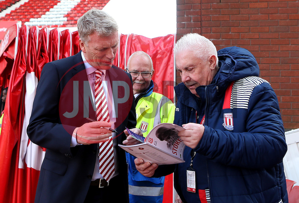 Sunderland manager David Moyes signs an autograph ahead of Premier League fixture with Stoke City - Mandatory by-line: Robbie Stephenson/JMP - 15/10/2016 - FOOTBALL - Bet365 Stadium - Stoke-on-Trent, England - Stoke City v Sunderland - Premier League