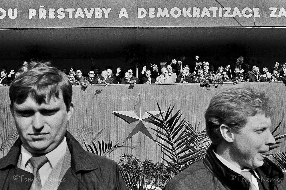 CESKOSLOVENSKO 80s - Ceskoslovenska socialisticka republika<br /> 1.Maj, oslava &quot;svatku prace&quot;. na tribune komunisticka nomenklatura roku 1989.Praha,1.kveten 1989