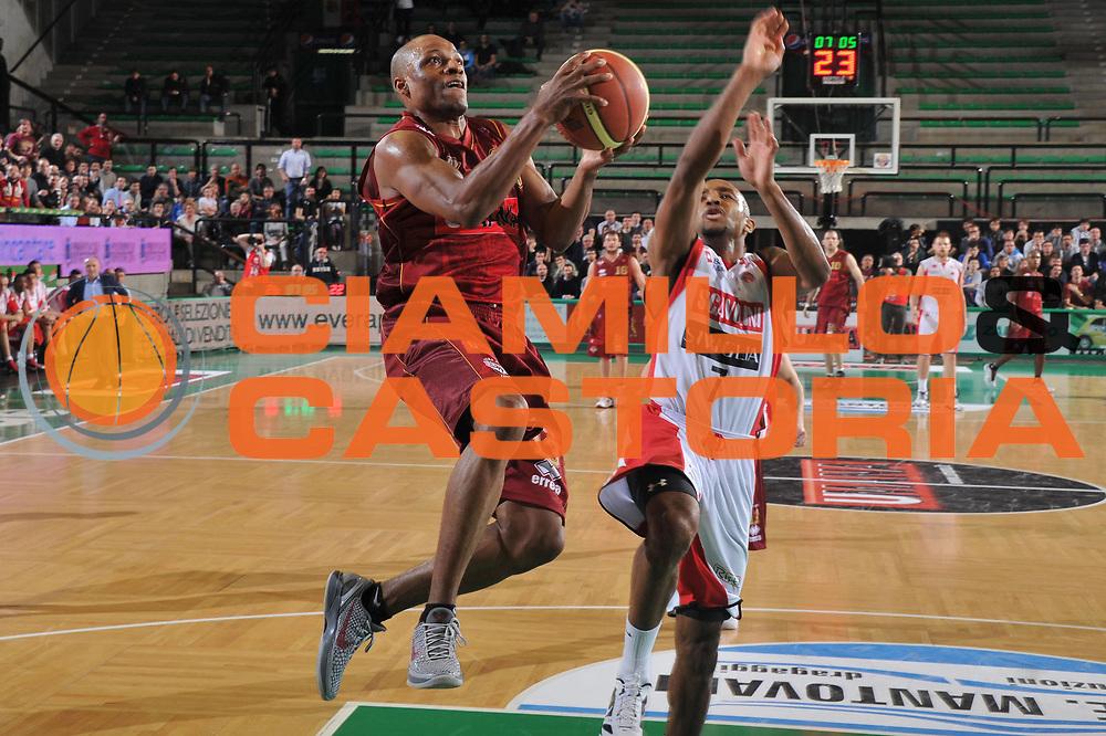 DESCRIZIONE : Treviso Lega A 2011-12 Umana Venezia Scavolini Siviglia Pesaro<br /> GIOCATORE : alvin young<br /> CATEGORIA :  tiro<br /> SQUADRA : Umana Venezia Scavolini Siviglia Pesaro<br /> EVENTO : Campionato Lega A 2011-2012<br /> GARA : Umana Venezia Scavolini Siviglia Pesaro<br /> DATA : 26/02/2012<br /> SPORT : Pallacanestro<br /> AUTORE : Agenzia Ciamillo-Castoria/M.Gregolin<br /> Galleria : Lega Basket A 2011-2012<br /> Fotonotizia :  Treviso Lega A 2011-12 Umana Venezia Scavolini Siviglia Pesaro<br /> Predefinita :