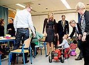 Koningin Maxima tijdens een bezoek aan gemeenschapscentrum De Pracht in Waalre. Het gemeenschapscentrum was dit jaar een van de drie winnaars van een Appeltje van Oranje. <br /> <br /> Queen Maxima while visiting community Splendour in Waalre. The community this year was one of three winners of a Appeltje of Orange.