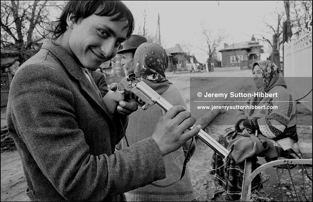 SINTESTI, ROMANIA. APRIL 1993..©JEREMY SUTTON-HIBBERT 2000..TEL. +44-141-649-2912..TEL. +44-7831-138817.
