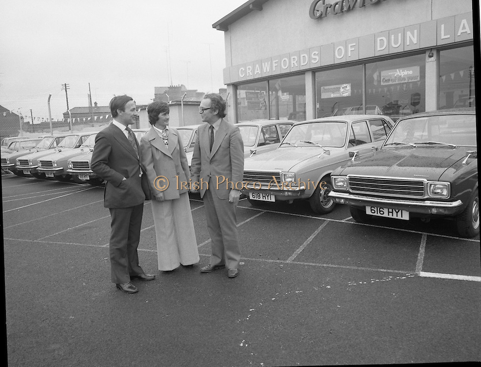 Tubberware Girls - New Cars 31/05/1976<br /> 05/31/1976<br /> 31st May 1976Pictured from left to right Michael Rowe, Managing Director Chrysler (Ireland) Limited, Louise Coleman, Tupperware Distributor and Hugh Crawford, Managing Director Crawford's Dun Laoghaire.