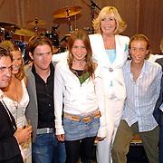 NLD/Rotterdam/20060923 - Premiere Willeke Alberti tour `Goud `, kinderen en kleinkinderen, Kai, Danielle Oonk, Johnny de Mol, Estelle, Willeke, Davey en Seth Gaaikema