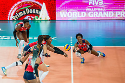 08-07-2017 NED: World Grand Prix Dominican Republic - Japan, Apeldoorn<br /> Fourth match of first weekend of group C during the World Grand Prix / Dominican Republic defeats Japan with 3-1 - Brayelin Elizabeth Martinez #20, Jineiry Martinez #21, Brenda Castillo
