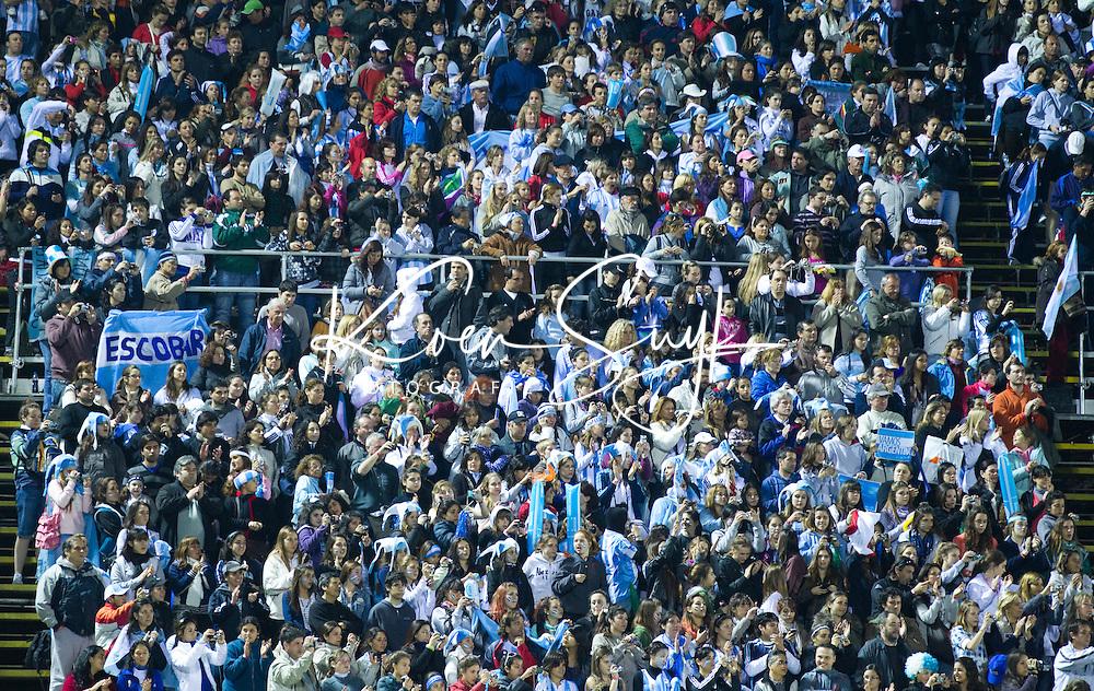 ROSARIO (Arg.) - Hockeypubliek in een uitverkocht stadion ,  maandag tijdens de wedstrijd Engeland-Argentinie, tijdens het WK hockey voor vrouwen in Rosario.  ANP KOEN SUYK