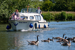 © Licensed to London News Pictures 25/06/2020, Lechlade, UK. People enjoy boating on the River Thames at Lechlade, Gloucestershire as the heatwave fo the last few days continues. Photo Credit : Stephen Shepherd/LNP