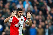 ROTTERDAM, Feyenoord - Heracles Almelo, voetbal Eredivisie, seizoen 2013-2014, 27-10-2013, Stadion de Kuip, Feyenoord speler Graziano Pelle verlaat het veld na een rode kaart en verontschuldigt zich bij het publiek.