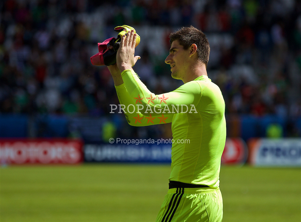 BORDEAUX, FRANCE - Saturday, June 18, 2016: Belgium goalkeeper Thibaut Courtois applauds supporters after the UEFA Euro 2016 Championship Group E match against the Republic of Ireland at Stade de Bordeaux. (Pic by Paul Greenwood/Propaganda)