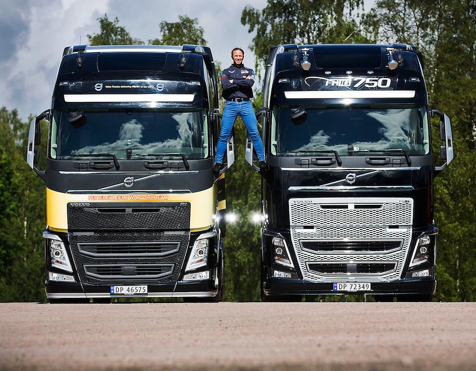TORSBY 2015-06-25: Verdensmester i rallycross, Petter Solberg - PSRX, får overlevert sin nye Volvo FH750 av Volvos MarCom-sjef Torstein Magelssen. FOTO:WERNERJUVIK