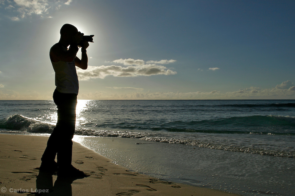 A PHOTOGRAPHER  IN THE BEACH