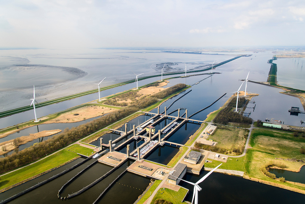 Nederland, Zeeland, Zuid-Beveland, 01-04-2016; Reimerswaal, Kreekraksluizen, onderdeel Schelde-Rijnverbinding, kanaal tussen de haven van Rotterdam en die van Antwerpen. Links het Bathse Spuikaanaal, Oesterdam en Oosterschelde. Rechts Markietzaatskade en het  Markietzaatsmeer.<br /> Kreekraksluizen, part Scheldt-Rhine Canal, canal between the ports of Rotterdam and Antwerp.<br /> <br /> luchtfoto (toeslag op standard tarieven);<br /> aerial photo (additional fee required);<br /> copyright foto/photo Siebe Swart