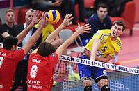 Volleyball 1. Bundesliga Saison 2016/2017  28.12.2016 TV Rottenburg - VfB Friedrichshafen Michal Finger (re,  VfB Friedrichshafen) gegen Felix Isaak (Mitte, TV Rottenburg) und Ferenc Nemeth (li, TV Rottenburg)