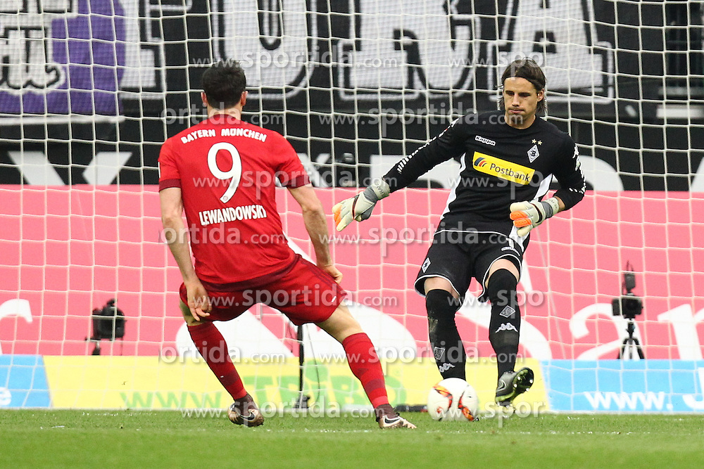 05.12.2015, Stadion im Borussia Park, Moenchengladbach, GER, 1. FBL, Borussia Moenchengladbach vs FC Bayern Muenchen, 15. Runde, im Bild Yann Sommer (#1, Torwart, Borussia Moenchengladbach) klaert vot Robert Lewandowski (#9, FC Bayern Muenchen), // during the German Bundesliga 15th round match between Borussia Moenchengladbach and FC Bayern Muenchen at the Stadion im Borussia Park in Moenchengladbach, Germany on 2015/12/05. EXPA Pictures &copy; 2015, PhotoCredit: EXPA/ Eibner-Pressefoto/ Deutzmann<br /> <br /> *****ATTENTION - OUT of GER*****