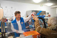 DEU, Deutschland, Germany, Berlin, 18.12.2019: Dr. Richard Lutz, Vorstandsvorsitzender der Deutschen Bahn AG, hilft bei der Essensausgabe in der Bahnhofsmission am Zoologischen Garten.