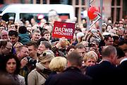 Frankfurt am Main | 21.09.2013<br /> <br /> Endspurt-Kundgebung auf dem Frankfurter R&ouml;merberg zum Landtagswahlkampf der SPD (Sozialdemokratische Partei Deutschlands) 2013, hier: <br /> Transparent &quot;Das WIR entscheidet.<br /> <br /> ABDRUCK/NUTZUNG HONORARPFLICHTIG!<br /> <br /> &copy;peter-juelich.com<br /> <br /> [No Model Release | No Property Release]