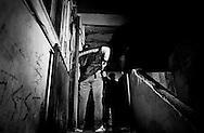 Torre Annunziata, Italia - 10 aprile 2010. Uomini dei Carabinieri si preparano a fare irruzione in un'abitazione. I Carabinieri hanno effettuato 11 arresti di soggetti legati ai clan della camorra Gionta e Gallo-Cavaliere durante un blitz a Torre Annunziata (Napoli). Il 'cartello' ha stipulato una pax mafiosa per meglio controllare la zona in cui sta avvenendo un investimento milionario da parte di imprenditori: il polo nautico.<br /> Ph. Roberto Salomone Ag. Controluce<br /> ITALY - Carabinieri forces arrested on April 10, 2010 during a blitz operation 11 people linked to camorra mafia organisation in Torre Annunziata.