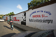 Río Caribe. Murals with revolutionary slogans.