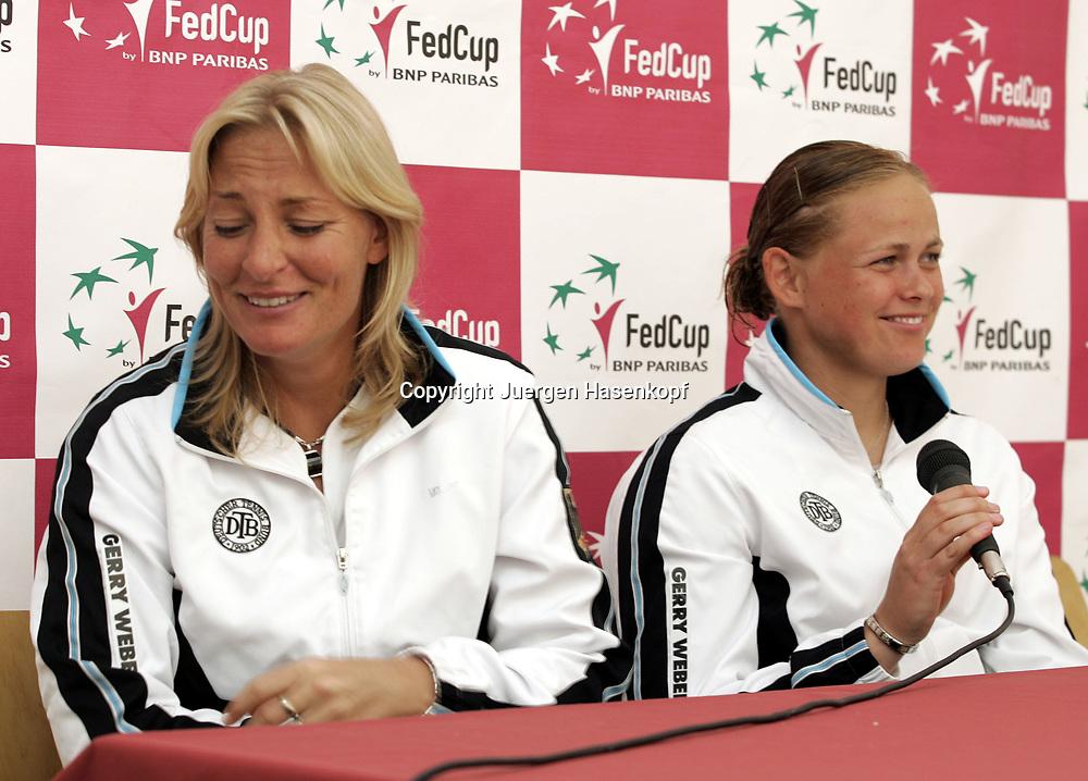 Fed Cup Germany - Croatia , ITF Damen Tennis Turnier in Fuerth, Wettbewerb der Mannschaft von Deutschland gegen Kroatien. Anna-Lena Groenefeld(GER) und Kapitaen Barbara Rittner amuesieren sich waehrend der Pressekonferenz,<br />Foto: Juergen Hasenkopf<br />B a n k v e r b.  S S P K  M u e n ch e n, <br />BLZ. 70150000, Kto. 10-210359,<br />+++ Veroeffentlichung nur gegen Honorar nach MFM,<br />Namensnennung und Belegexemplar. Inhaltsveraendernde Manipulation des Fotos nur nach ausdruecklicher Genehmigung durch den Fotografen.<br />Persoenlichkeitsrechte oder Model Release Vertraege der abgebildeten Personen sind nicht vorhanden.