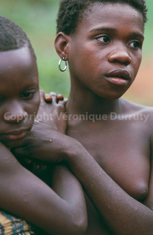 AKA PYGMY GIRLS, CENTRAL AFRICAN REPUBLIC.AKA PYGMY GIRLS, CENTRAL AFRICAN REPUBLIC