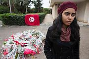 La jeune Meriem Tej, 20 ans, membre du parti des Patriottes de Chokri Belaid, ou elle st responsable des questions feminins, qui le connaissait bien, se receuille à l'endroit ou a été assasiné Belaid le 6/02/2013. Tunis, Menzah6, le 9/02/2013.