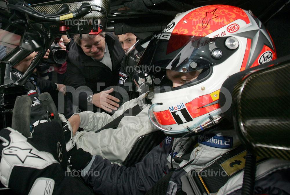 Hockenheim , 090406 , DTM Rennen Hockenheimring  Niki und Mathias Lauda / Mercedes im Cockpit des Mercedes . Dahinter schaut Mercedes Motorsportchef Norbert Haug in das Auto