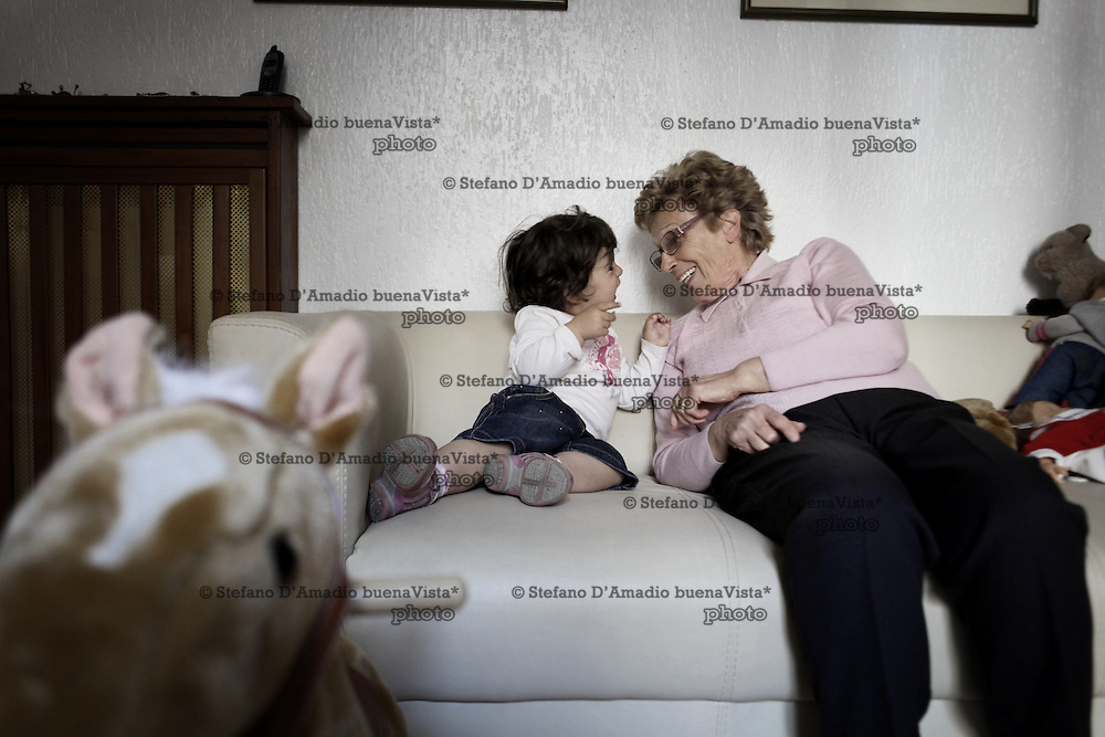 Nonna gioca con sua nipote<br />