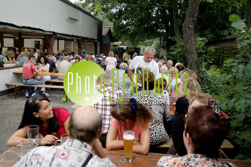 Mannheim. Rheinau. Parkfest beim Rassegefl&cedil;gelzuchtverein Ph&circ;nix Rheinau. <br /> <br /> <br /> Bild: Markus Proflwitz / masterpress /  <br /> <br /> ++++ Archivbilder und weitere Motive finden Sie auch in unserem OnlineArchiv. www.masterpress.org oder &cedil;ber das Metropolregion Rhein-Neckar Bildportal   ++++ *** Local Caption *** masterpress Mannheim - Pressefotoagentur<br /> Markus Proflwitz<br /> C8, 12-13<br /> 68159 MANNHEIM<br /> +49 621 33 93 93 60<br /> info@masterpress.org<br /> Dresdner Bank<br /> BLZ 67080050 / KTO 0650687000<br /> DE221362249