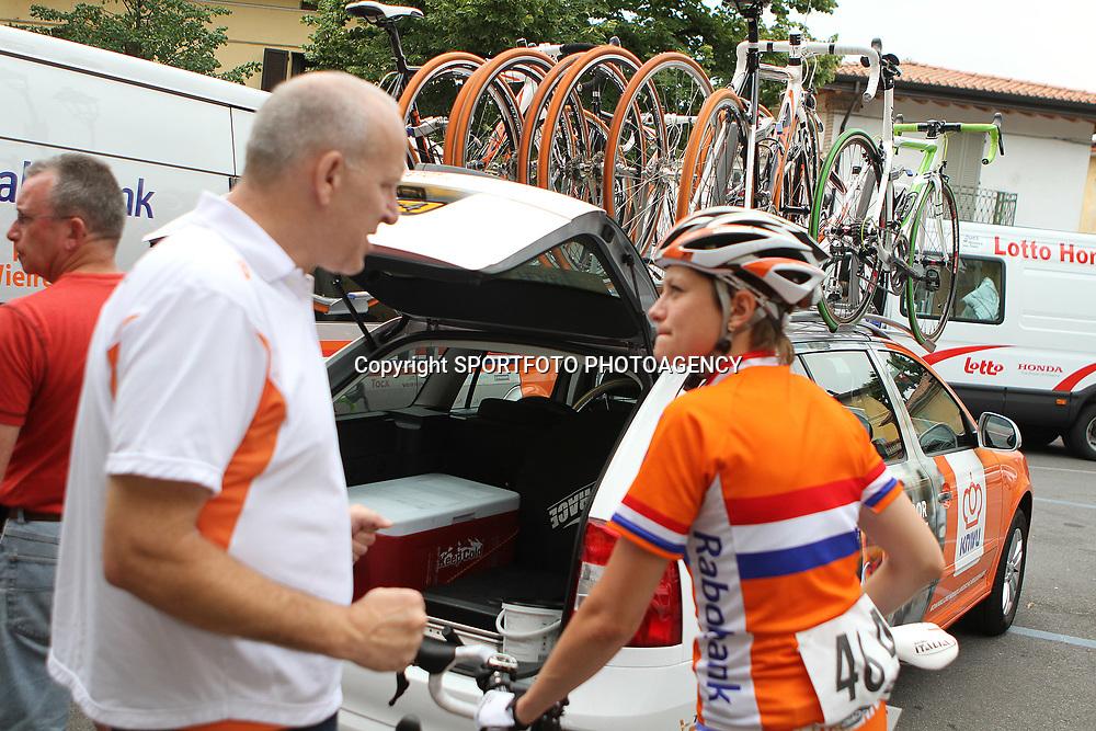 Johan Lammerts geeft Roxane Kneteman aanwijzijg voor de etappe over de Mortirolo