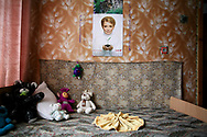 Iulia Timoshenko sur le calendrier. A quelques kilomètres de la zone interdite, dans le village de Vovtshiki, Neila Roudenko, dirige le  foyer Perce-neige - ouvert en 1999 - accueillant une cinquantaine d'enfants âgés de 4 à 17 ans placés par les autorités locales. Face à la précarisation des familles, ces dernières ont été contraintes de créer cette structure, dont la capacité d'accueil reste insuffisante. Pourtant, la région a perdu un tiers de sa population par rapport à 86.