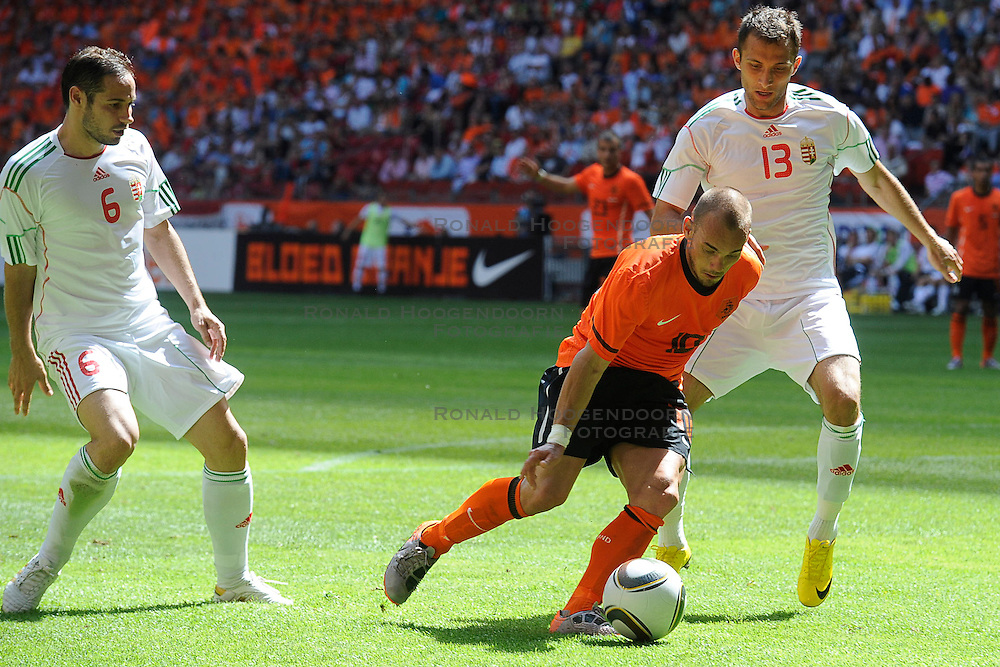 05-06-2010 VOETBAL: NEDERLAND - HONGARIJE: AMSTERDAM<br /> Nederland wint met 6-1 van Hongarije / Wesley Sneijder en Janos Lazok<br /> &copy;2010-WWW.FOTOHOOGENDOORN.NL