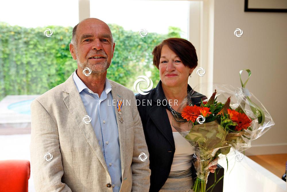 ZUILICHEM - De heer Hans van Wijgerden ontving een lintje van Burgemeester Albert van den Bosch. FOTO LEVIN DEN BOER - PERSFOTO.NU