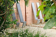 France, Languedoc Roussillon, Gard, Uzège, Uzès, Saint-Quentin-la-Poterie, Mas de Licon, jardin de la Noria, créé par Arnaud Maurières et Eric Ossart, les sièges de Pierre Baey