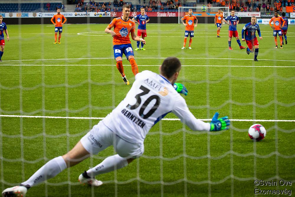 1. divisjon fotball 2018: Aalesund - Tromsdalen. Aalesunds Holmbert Fridjonsson setter inn 4-0 på straffespark forbi keeper Marius Berntzen i førstedivisjonskampen i fotball mellom Aalesund og Tromsdalen på Color Line Stadion.