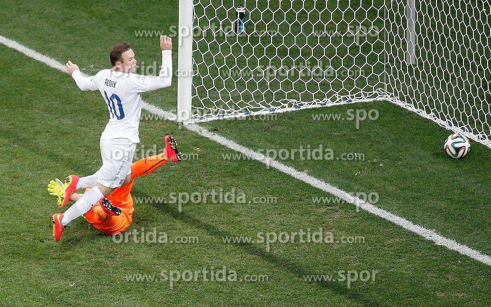 19.06.2014, Arena de Sao Paulo, Sao Paulo, BRA, FIFA WM, Uruguay vs England, Gruppe D, im Bild England's Wayne Rooney shoots a goal // during Group D match between Uruguay and England of the FIFA Worldcup Brasil 2014 at the Arena de Sao Paulo in Sao Paulo, Brazil on 2014/06/19. EXPA Pictures &copy; 2014, PhotoCredit: EXPA/ Photoshot/ Liao Yujie<br /> <br /> *****ATTENTION - for AUT, SLO, CRO, SRB, BIH, MAZ only*****