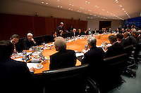 14 DEC 2008, BERLIN/GERMANY:<br /> Uebersicht Sitzngssaal Konjunkturgespraech mit Olaf Scholz, SPD, Bundesarbeitsminister, Peer Steinbrueck, SPD, Bundesfinanzminister, Frank-Walter Steinmeier, SPD, Budnesaussenminister und Angela Merkel, CDU, Bundneskanzlerin, (Mitte - v.L.n.R.), Sitzung der Expertenrunde Wirtschaft zur Banken- und Finanzkrise / Wirtschaftskrise, Kabinettsaal, Bundeskanzleramt<br /> IMAGE: 20081214-01-033<br /> KEYWORDS: Finanzkrise, Bankenkrise, Konjunkturgespräch