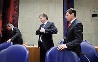 Nederland. Den Haag, 12 november 2009.<br /> De Tweede Kamer, debat over de AOW. Bewindspersonen Donner, Balkenende en Bos verlaten vak K voor de lunchpauze. Vierde kabinet Balkenende, Balkenende IV, Balkenende Vier, coalitie<br /> Foto Martijn Beekman