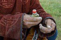 Mongolie. Province de Tov. Tabatiere traditionnel. // Mongolia. Tov province. Traditional snuffbox.