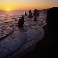 Australia, Victoria, Port Campbell National Park, Setting sun over Southern Ocean and Twelve Apostles