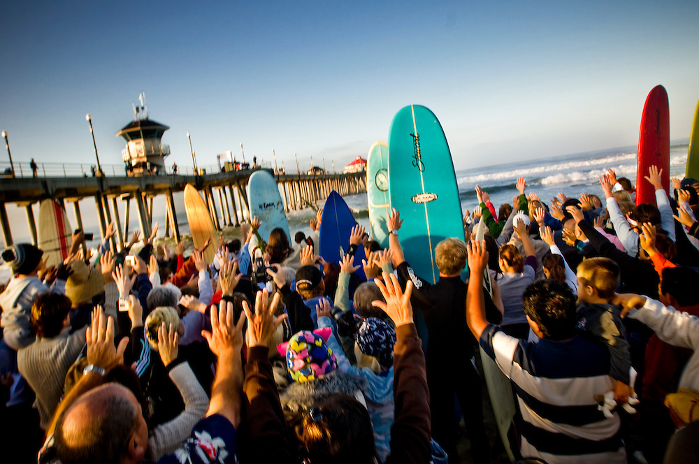 "Interfaith blessing of the waves in Huntington Beach, California..The faithful join a variety of spiritual leaders (catholic, muslim, jewish) at the Huntington Beach Pier for a ""blessing of the waves"" service sponsored by the Roman Catholic Diocese of Orange. The worshipers prayed for tubular surf and a safe return to shore...Photographer: Chris Maluszynski /MOMENT"