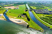 Nederland, Noord-Brabant, Den Bosch, 13-05-2019;  Gekanaliseerde Dieze (Kanaal Henriettewaard met Sluis van Engelen) en de Oude Dieze, links. Gezien vanaf de Maas, ten Noorden van Den Bosch, omgeving Crèvecoeur. Gebied van Maasoeverpark, langs de Maas rond Den Bosch, tussen de forten Sint Andries en Crèvecoeur. Er wordt gewerkt aan weerdverlaging omgeving Fort Crèvecoeur. Het Maasoeverpark is een landschapspark in wording met ruimte voor de natuur, voor de landbouw  <br /> én waterberging.<br /> Canalized Dieze and the Oude Dieze, left, seen from the Maas. North of Den Bosch, near Crèvecoeur. Area of Maasoever Park, work is underway to reduce floodplains around Fort Crèvecoeur. Maasoeverpark is a Landscape Park in progress with room for nature and water storage.<br /> aerial photo (additional fee required); luchtfoto (toeslag op standard tarieven); copyright foto/photo Siebe Swart