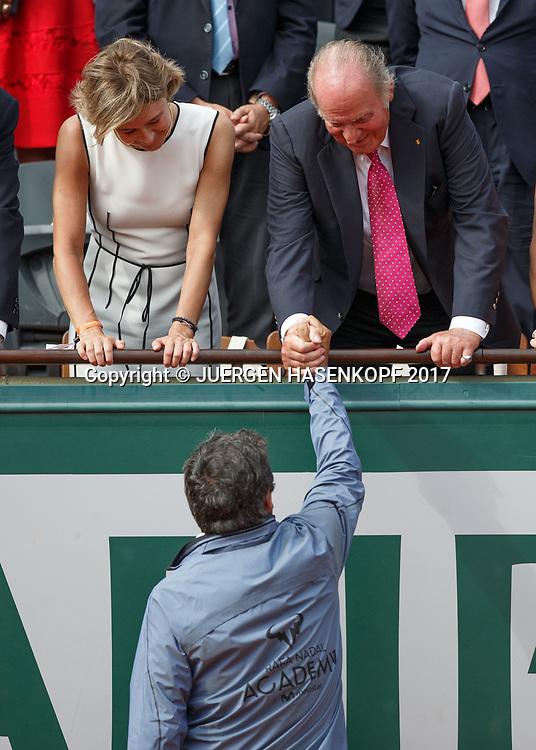 Juan Carlos of Spain in der Ehrenloge gratuliert Toni Nadal (steht auf dem Platz)waehrend der Siegerehrung,Praesentation,<br /> <br /> Tennis - French Open 2017 - Grand Slam / ATP / WTA / ITF -  Roland Garros - Paris -  - France  - 11 June 2017.