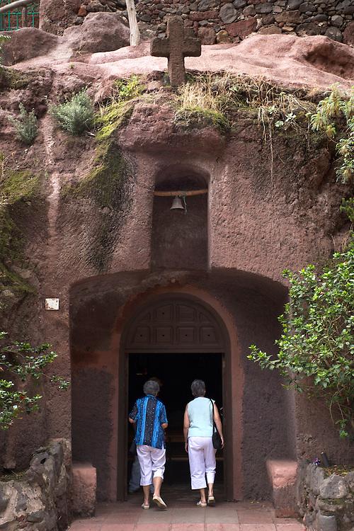 España. Islas Canarias. Gran Canaria. Guayadeque.Turistas entrando en la Iglesia de San Bartolomé..©JOAN COSTA....